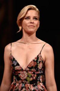 Durantes la alfombra roja del Festival de cine en Venecia, Elizabeth Banks sufrió una falla en su vestuario Foto:Getty Images