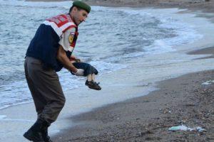 Solo sobrevivió su padre. Foto:AFP
