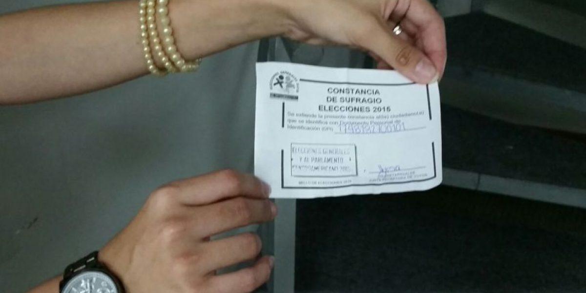 Tribunal Supremo Electoral entrega constancia al emitir el voto