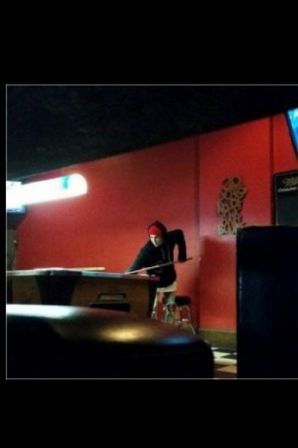 El cantante fue uno de los primeros en llegar al bar. Foto:vía twitter.com