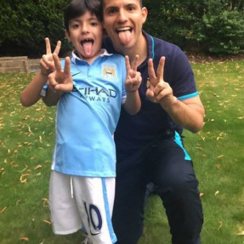 """Pero visita con frecuencia a su padre, a quien """"adora"""" y que vive en Manchester. Foto:Vía instagram.com/aguerosergiokun16"""