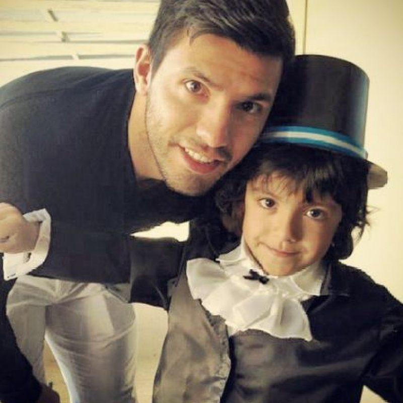 El niño es muy cercano a su abuelo, con quien recién se le ve seguido jugando al fútbol. Foto:Vía instagram.com/aguerosergiokun16