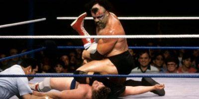 Como parte de su personaje se llagaba a golpear con escaleras y los esquineros Foto:WWE