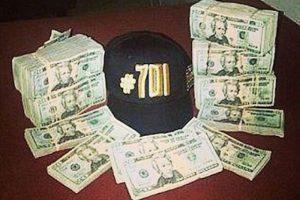 Ya sea con pistolas con su foto o cosas alusivas al #701, número que le dio la revista Forbes cuando lo señaló como uno de los más ricos del mundo Foto:Instagram.com/explore/tags/narco/