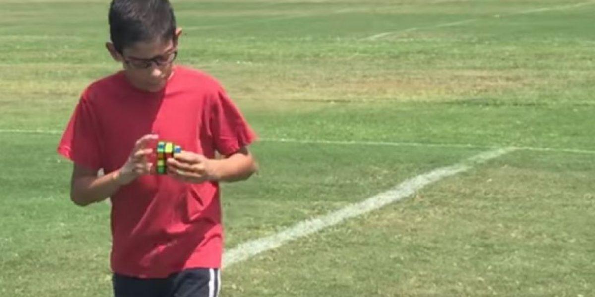 VIDEO. Niño arma un cubo mágico mientras domina el balón