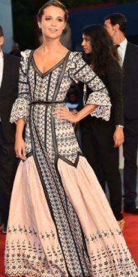 Otro estilismo hubiese servido para este vestido tan difícil. Algo más arriesgado. Foto:vía Getty Images