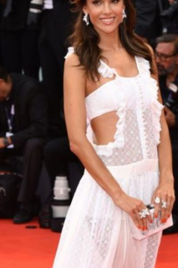 Alessandra Ambrosio ha lucido vestidos mejores. Este parece como los que venden en lugare veraniegos. Foto:vía Getty Images