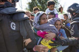 """A través de Facebook, cerca de 17 mil personas firmaron una petición dirigida a Eyglo Haroar, ministra de Welfare, titulada """"Siria nos llama"""". """"La idea es mostrar al Gobierno que existe la voluntad de acoger a más refugiados que los 50 que va a recibir Islandia. Queremos presionar al gobierno y demostrarles que ¡podemos hacerlo mejor e inmediatamente!"""", se lee la petición. Foto:Getty Images"""