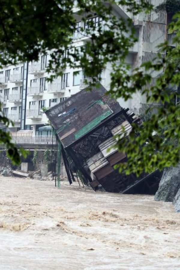 """""""Escuchamos un sonido enorme como un trueno y luego la ladera se desmoronó"""", dijo un hombre a la televisora local NHK Foto:AFP"""