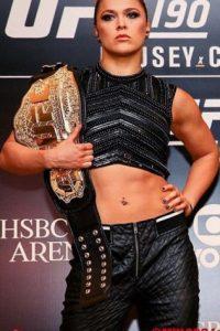 En los últimos tiempos se enfrascó en una serie de comentarios ofensivos contra la monarca de la UFC