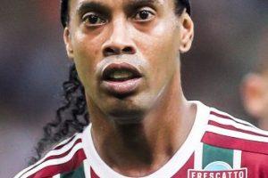 """Ronaldinho: """"Fuimos los jugadores quienes le pedimos a Rijkaard que subiera a Messi a los entrenamientos del primer equipo. Cristiano Ronaldo es un jugador muy completo, pero Lionel Messi es mejor porque tiene magia"""". Foto:Getty Images"""