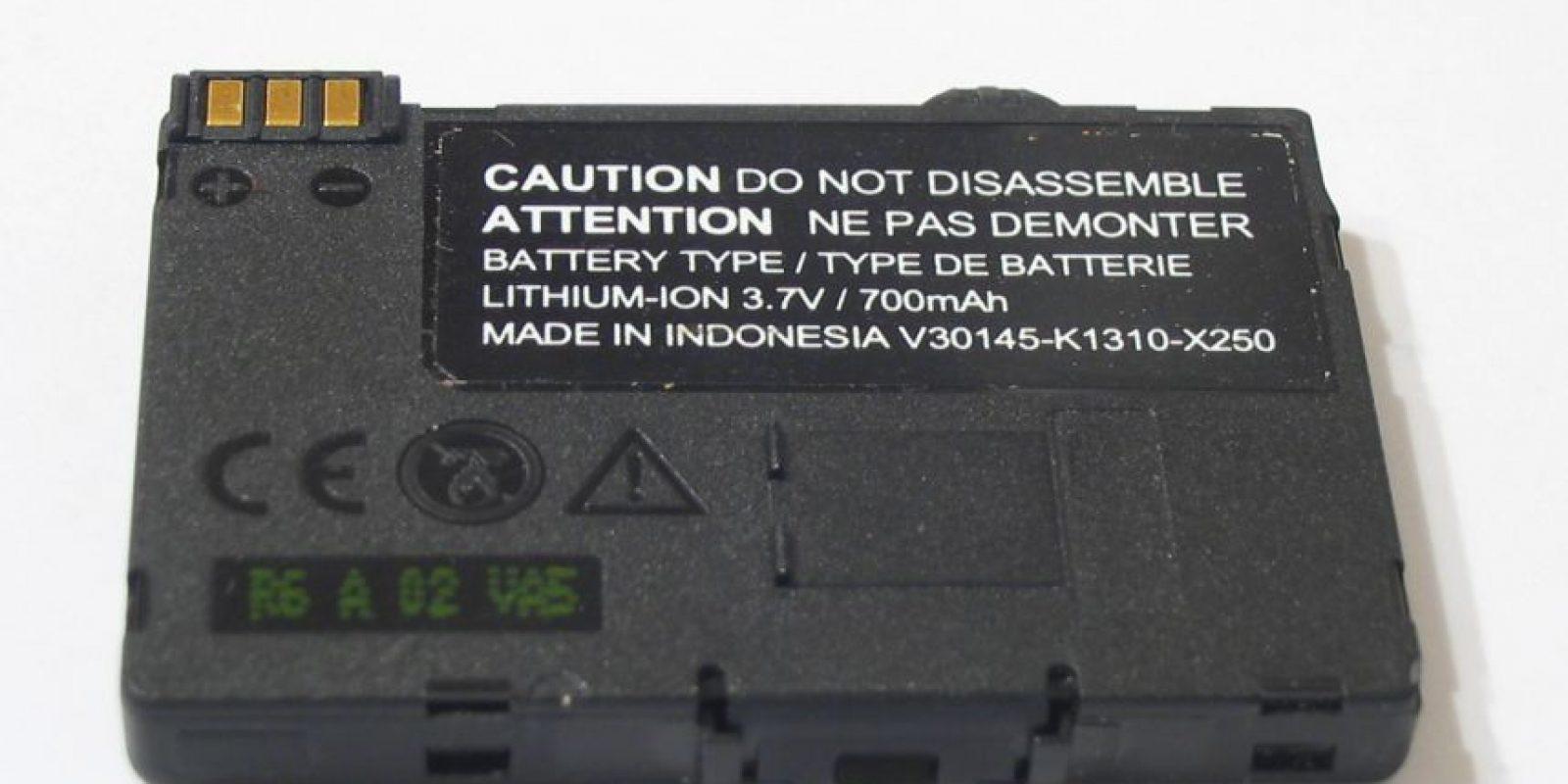5.- Consideren las baterías externas como una posibilidad. Existen muchos tipos de baterías adicionales, como las que son protectores y batería al mismo tiempo o las baterías portátiles Foto:Wikicommons