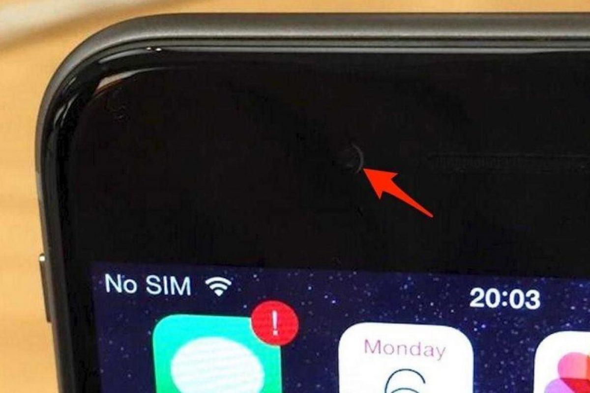 cámara frontal de algunos de sus smartphones estaba desalineada varios milímeros, originando que apareciera una especie de luna en cuarto creciente. Foto:Pinterest