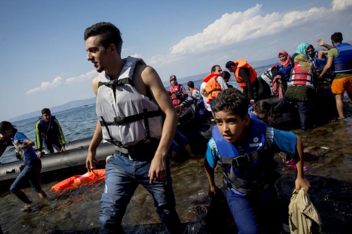 La organización detalla que en los chalecos se han encontrado, direcciones, oraciones, y diversos contactos de familiares. Foto:Getty Images
