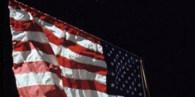 Una fotografía de la bandera estadounidense en la Luna, con la Tierra en el fondo Foto:Instagram.com/NASA