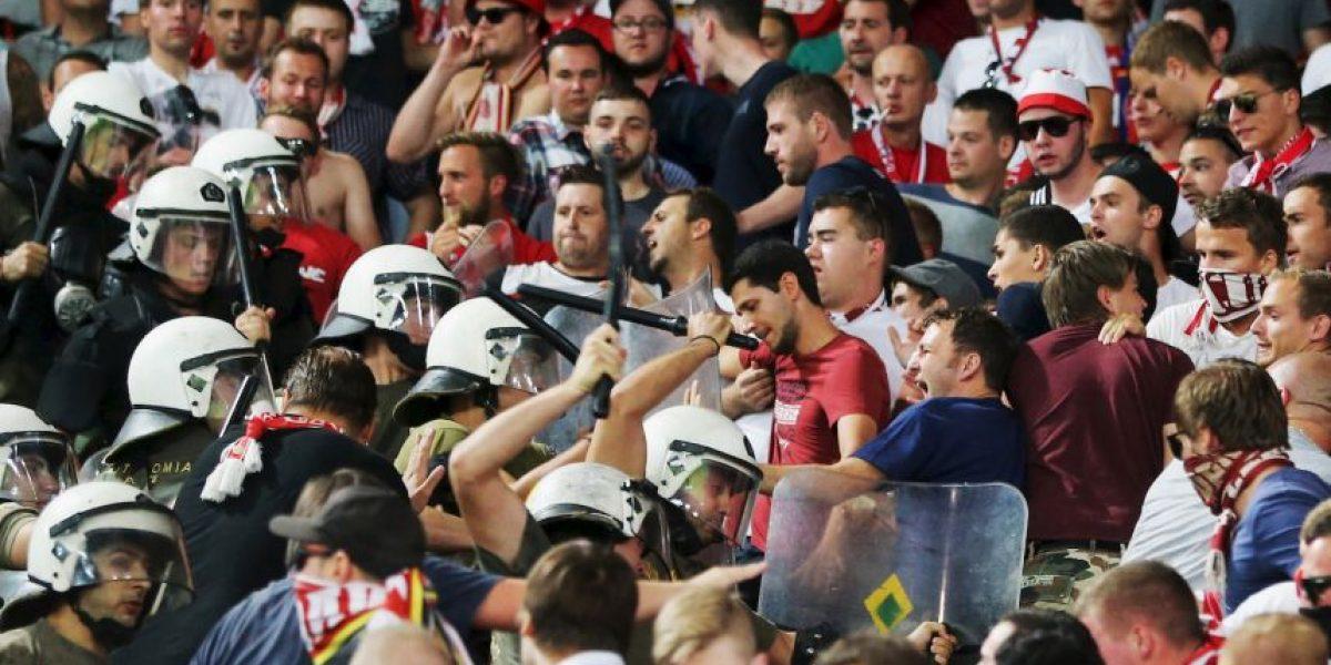 Video: Policía griega agrede violentamente a hinchas del Bayern Munich