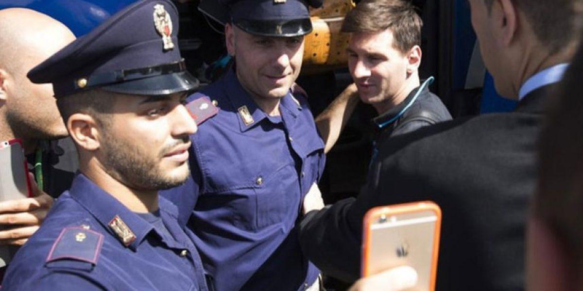 Regañan a dos policías por querer una selfie con Messi