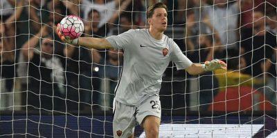 El portero polaco se dislocó un dedo en el partido ante Barcelona Foto:Getty Images
