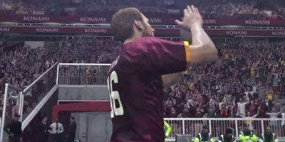 Rossi también festeja aplaudiendo al público. Foto:Konami