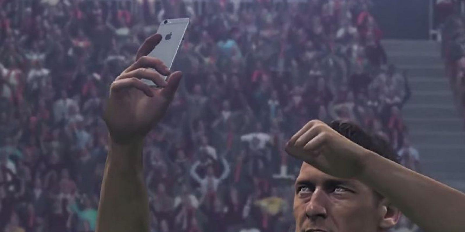 El italiano Francesco Totti tomándose un selfie en el festejo. Foto:Konami