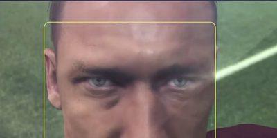 Totti tomándose la foto con un iPhone 6. Foto:Konami