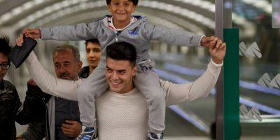 Una periodista húngara pateó a un inmigrante sirio que llevaba a su hijo en brazos, mientras intentaban llegar al poblado Roszke de Hungría. Foto:Getty Images