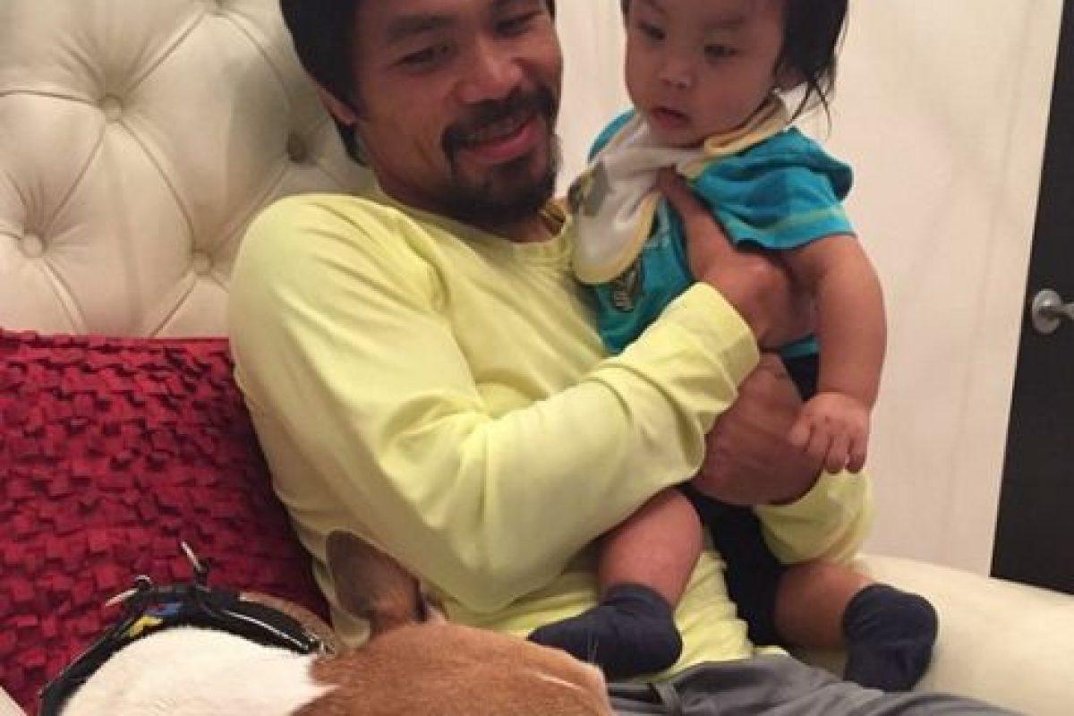"""El pugilista adora a los perros y tiene uno llamado """"Pacman"""" que viaja con él a toda parte donde va. Foto:Vía instagram.com/mannypacquiao"""