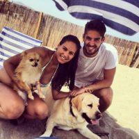"""El jugador del Real Madrid ama a los perros y tiene uno que se llama """"Messi"""" (el labrador) y tuvo uno que se llamó """"Figo"""". Foto:Vía instagram.com/iscoalarcon"""