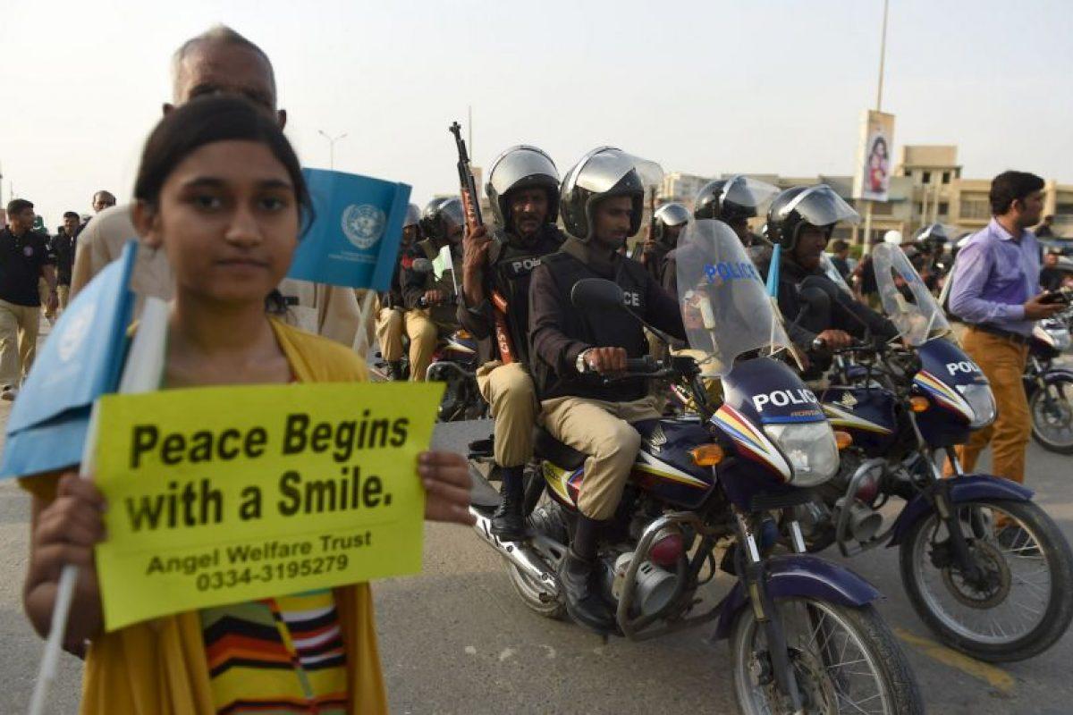 En Pakistán se pidieron sonrisas a favor de la paz Foto:AFP