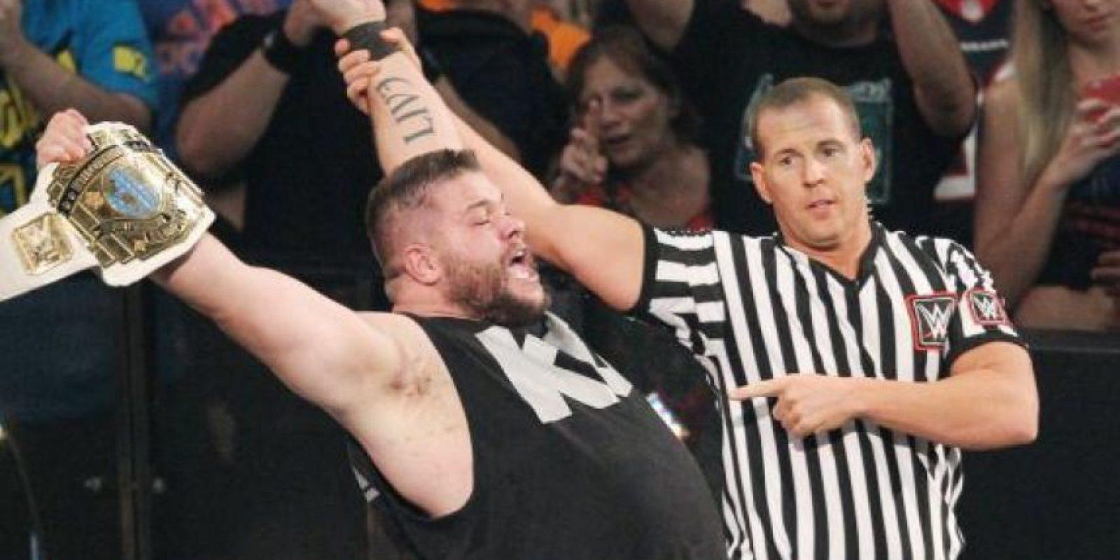 Owens se llevó el título en nueve minutos y 32 segundos Foto:WWE