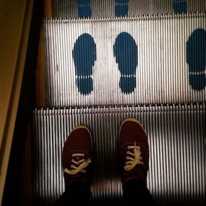 """""""cuando los niños estén cerca al área de cargue y descargue de la escalera, es decir, al inicio o al final, nunca se deben dejar solos, ni siquiera un niño debe cruzar esas áreas de un lado para otro Foto: Instagram.com/explore/tags/escalator/"""