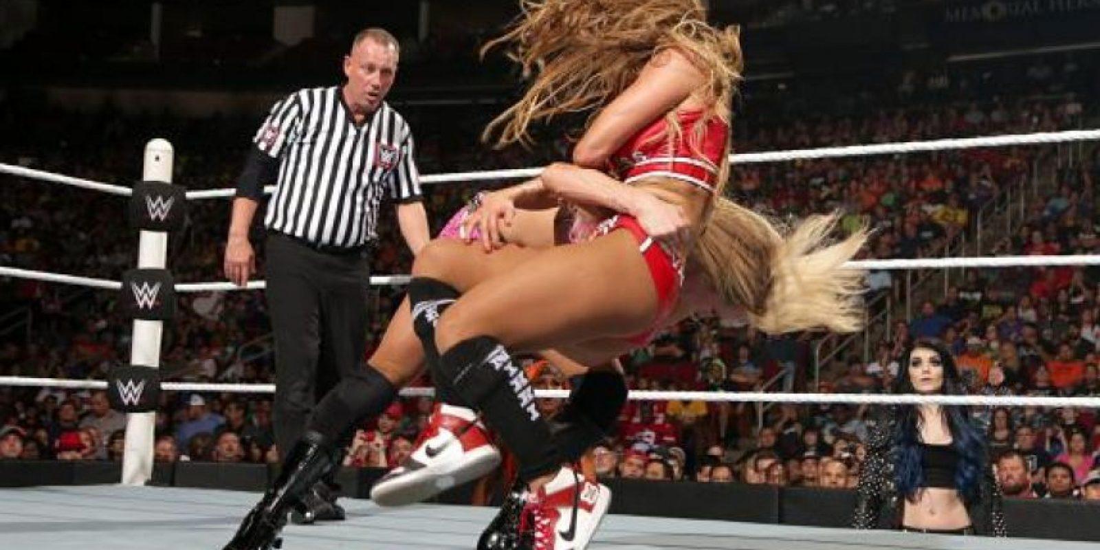 """La rubia forzó a la ahora exmonarca a renidirse, después de aplicarle la llave """"Figura Ocho"""" Foto:WWE"""