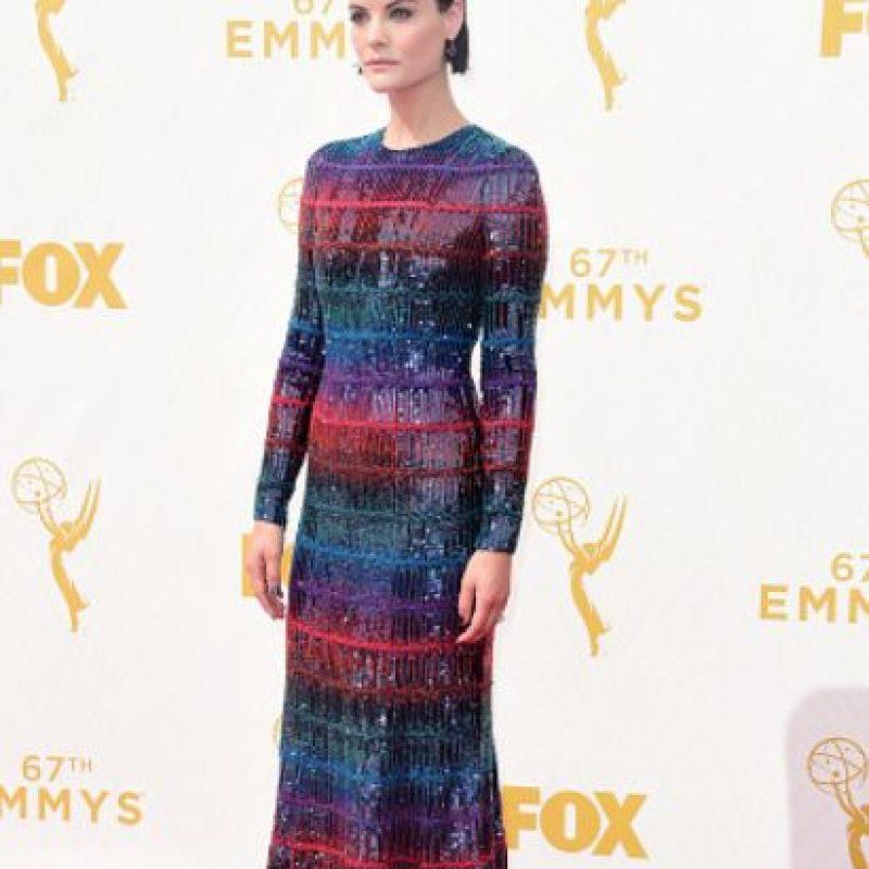Jamie Alexander, en un vestido multicolor que contrasta con su look sobrio. Foto:vía Getty Images