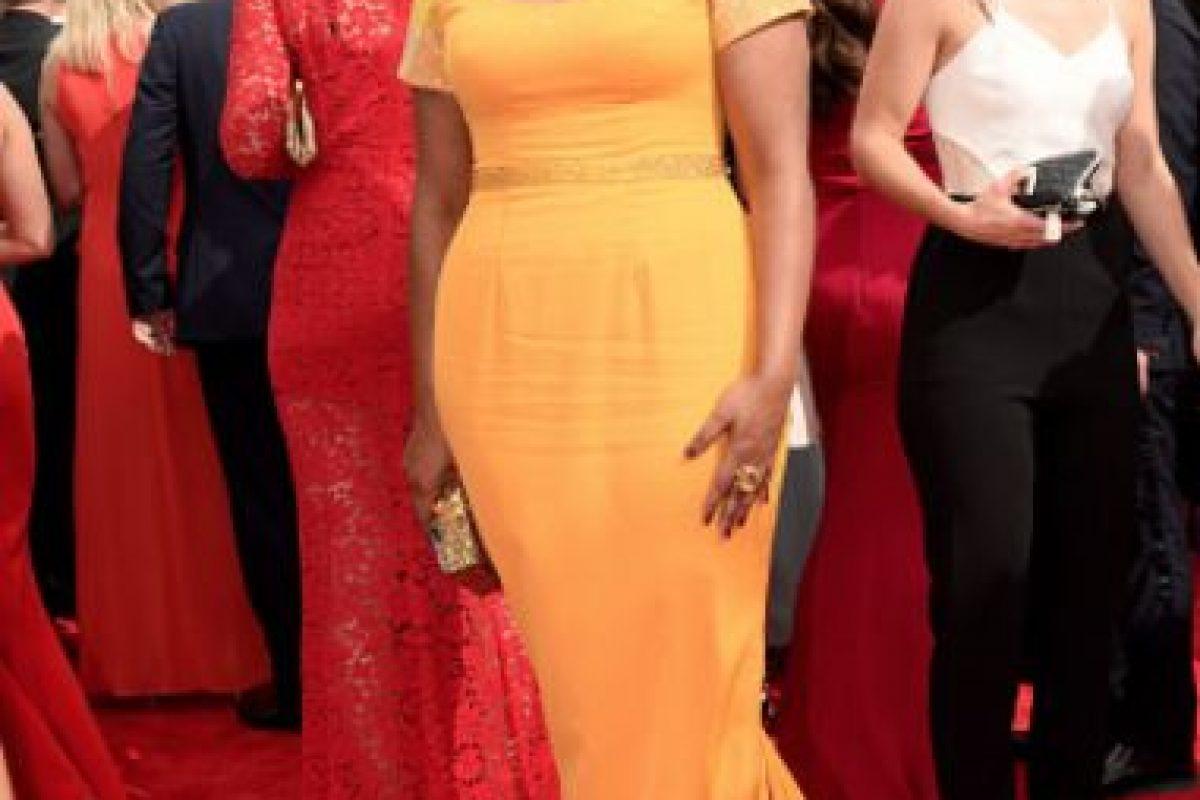 Mindy Kalling en amarillo pollito y pelo suelto. Corriente. Foto:vía Getty Images