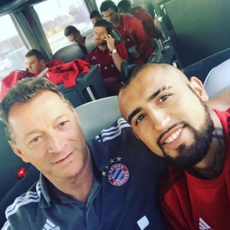 Demostrando el gran ambiente que hay entre él y el resto del vestidor del Bayern. Foto:Vía instagram.com/kingarturo23oficial