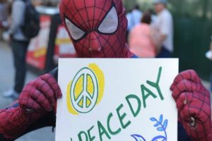 Los superhéroes también formaron parte de la celebración de este día. Foto:Vía facebook.com/peaceday