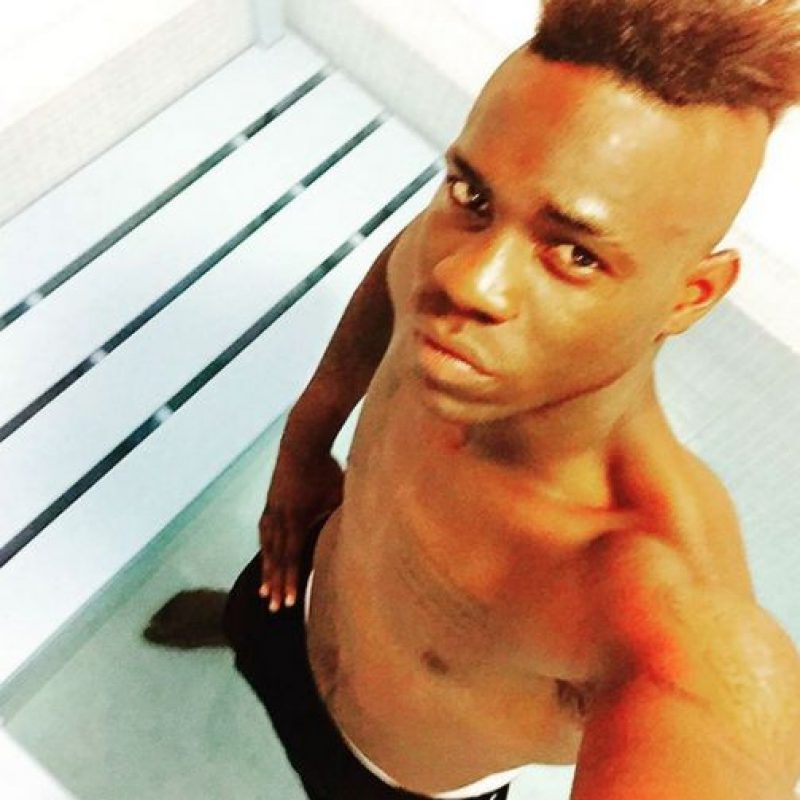Por ello, sube muchas selfies y varias de ellas, con el torso desnudo. Foto:Vía facebook.com/MarioOfficialBalotelli