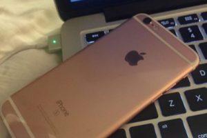 El iPhone 6s rosa conectado a la Mac. Foto:vía twitter.com/MoonshineDesign