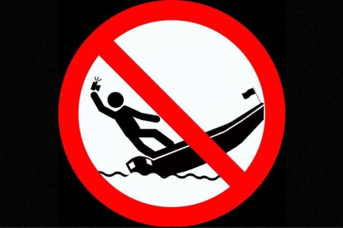 No tomarse selfies de pie en un bote en movimiento. Foto:vía mvd.ru