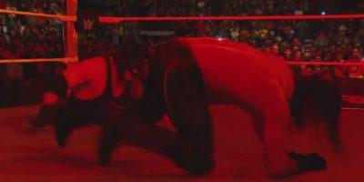"""Salió por debajo del ring para arrastrar a Seth Rollins a las """"tinieblas"""" Foto:WWE"""