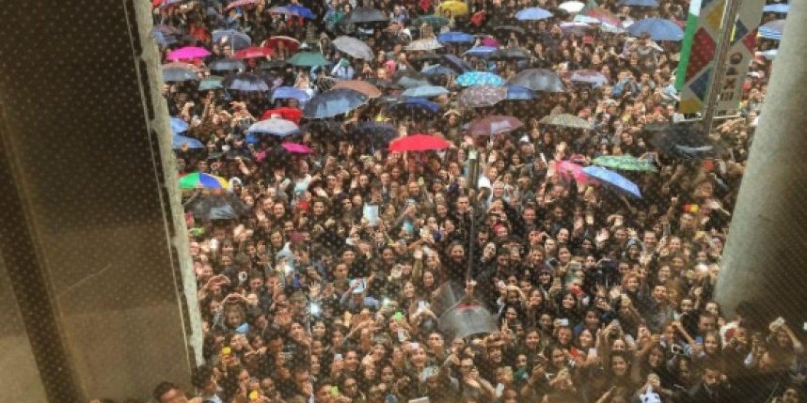 Su visita provocó que cerca de dos mil adolescentes abarrotaran el lugar. Foto:instagram.com/caradelevingne