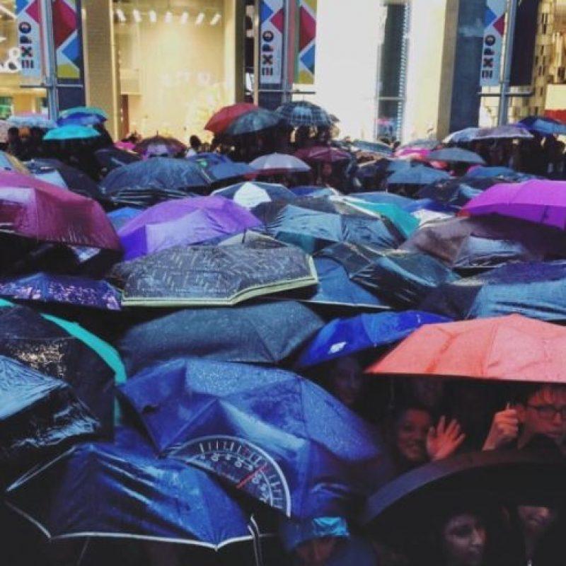A pesar de la lluvia, los fans esperaron para tomarse fotos con las modelos. Foto:instagram.com/caradelevingne