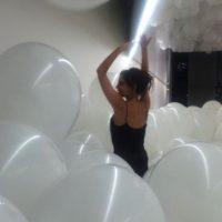 Uno de los principales atractivos de la noche fue la sala llena de globos, donde casi todos los invitados se retrataron y jugaron. Foto:vía instagram.com/victoriabeckham