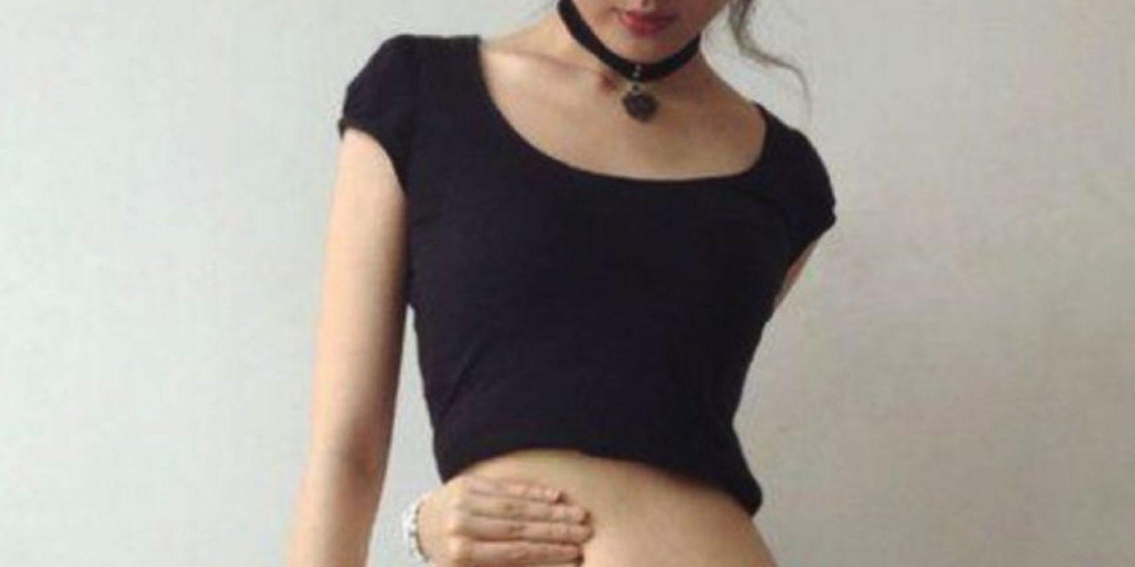 Weibo, la red social más popular en China, se llenó de estas selfies de mujeres y hombres realizando el #BellyButtonChallenge. Foto:Vía Weibo