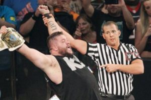 Owens se llevó el título en nueve minutos y 32 segundos. Foto:WWE.com