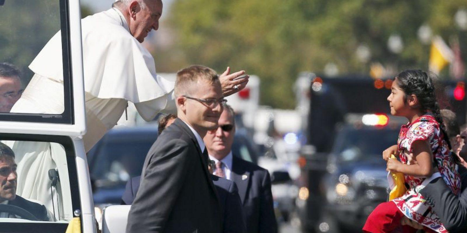 Cruz logró cruzar la vaya de seguridad solo para entregarle una carta al Papa. Foto:AP