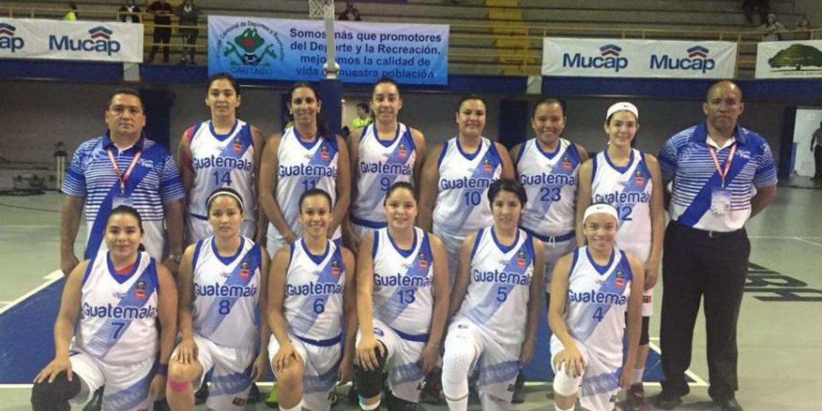 El quinteto nacional celebró sobre la duela su primera victoria en el certamen. Foto:Federación de Baloncesto de Guatemala