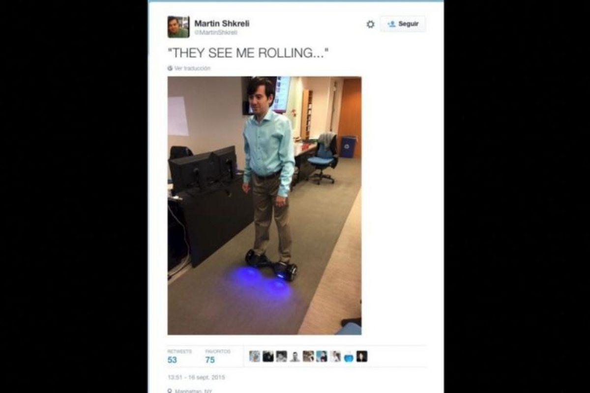"""""""Me ven rodando…"""", explica en esta fotografía, haciendo referencia a la frase """"Me ven rodando, me están odiando"""". Foto:Twitter.com/MartinShkreli"""