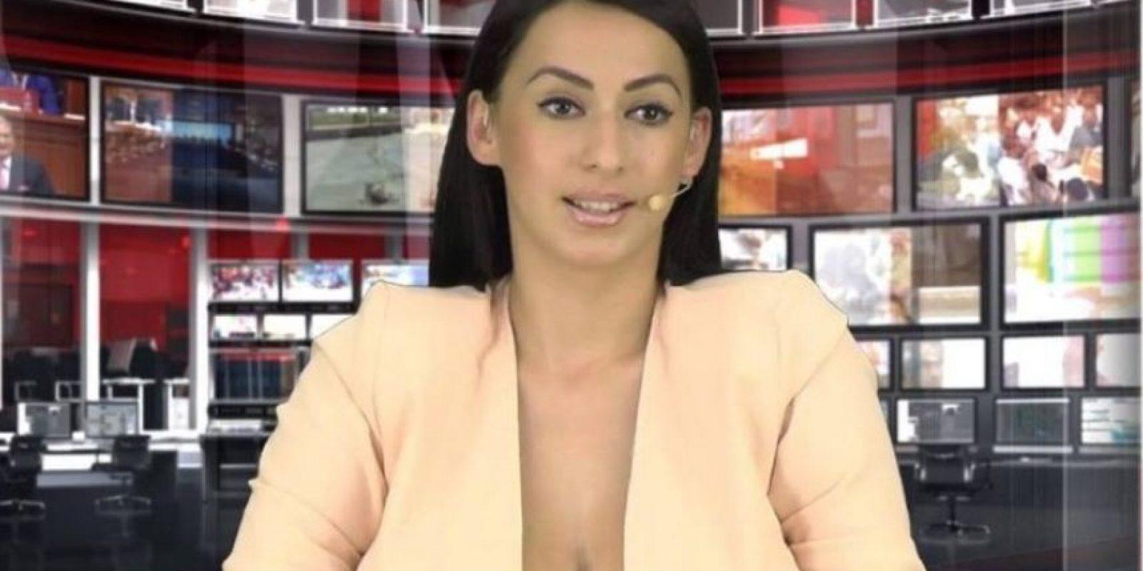 Su nombre es Enki Bracaj y consiguió quedarse con el puesto de locutora de noticias internacionales en un programa de noticias de Albania gracias a su pronunciado escote. Foto:Vía Facebook.com/enki.bracaj