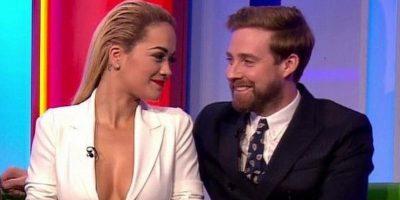 """Rita Ora causó gran revuelo en Reino Unido por su escote pesentado en la """"BBC"""". Foto:Vía Youtube"""